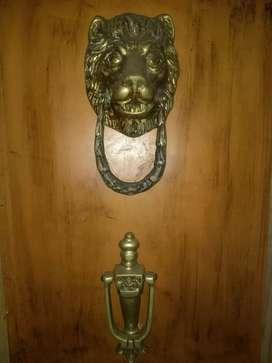 Antiguos toca puertas en bronce