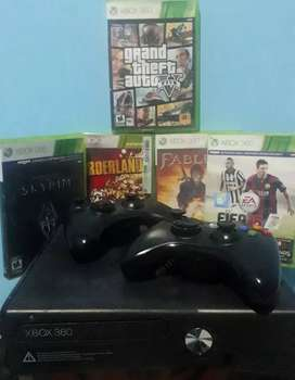 Xbox 360 Slim original + 2 joysticks + 5 juegos