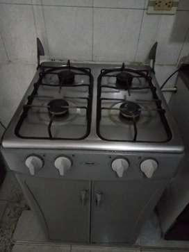 Se vende estufa a gas de 4 boquillas con bodega