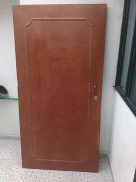 Puerta en madera tamborada con marco metálico color café