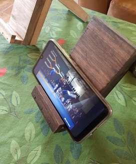 Apoyo rústico de madera para celular