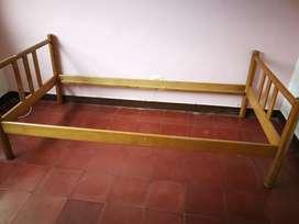 Cama Sencilla 0.90 mX1.90 m en cedro más colchón ,todo en muy buen estado