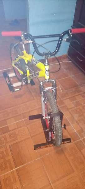 Vendo bicicleta BMX con base para bicicleta estática