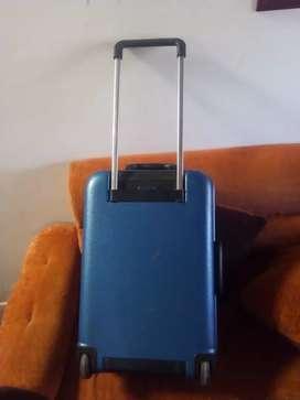 maleta de viaje en buen estado de 80cm de alto por 40 de ancho