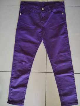 Pantalón gabardina violeta. Talle 10