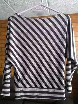 Blusa  lila con líneas diagonales café, cuello bandeja