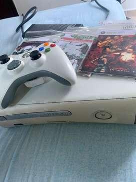 Xbox 360 con un mando y 3 juegos
