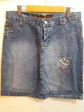 Pollera de jean azul con bordado en el frente