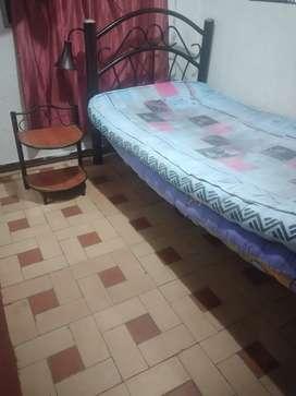 Vendo cama individual con dos colchonetas y una mesa de noche.