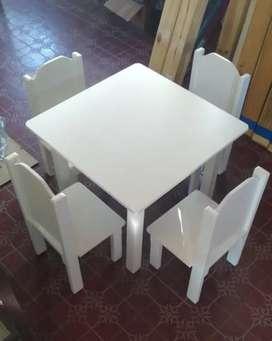 Juego de mesa y sillitas para niños