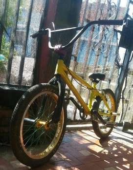 Se vende cicla Piraña con variedad de cosas nuevas