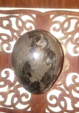 Hermosa piedra antigua en forma de huevo