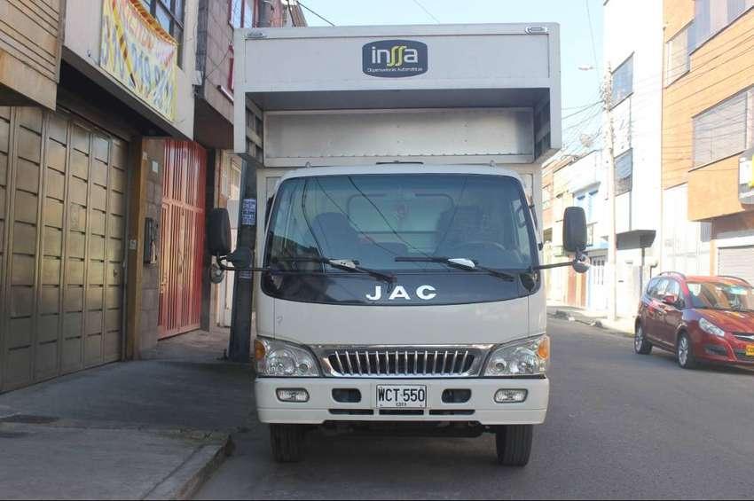 fabuloso camión JAC con furgón grande y plataforma de carga de 1.5 ton