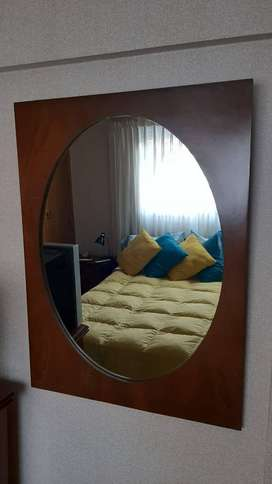 Espejo de pared con marco de madera