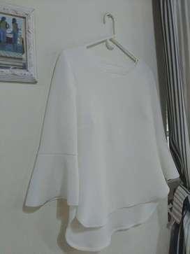 Blusa blanca manteca mangas tres cuarto volados cuello redondo