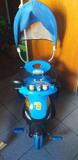 Triciclo azul con baul y soporte para los más pequeñps
