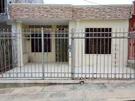 Casa en Sincelejo ubicada en el barrio versalles, buen sector, servicios económicos, via pavimentada, con alberca.