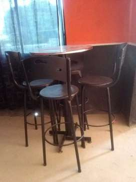 Sillas y mesas tipo bar