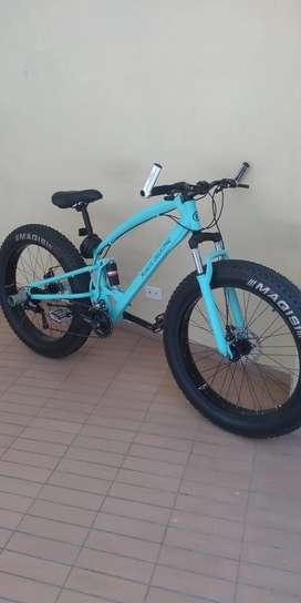 Bicicleta fat bike con adaptación eléctrica