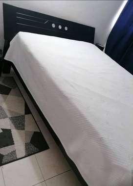 Se vende espectacular Cama Doble + 2 Mesas de Noche