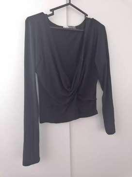 Blusa negra, con escote en V