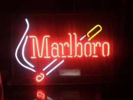 Aviso en Neon de Philip Morris de Cigarrillos Marlbororo