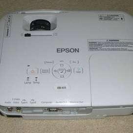 VÍDEO PROYECTOR EPSON EB-X11 de 2600 lúmenes con HDMI. Poco uso