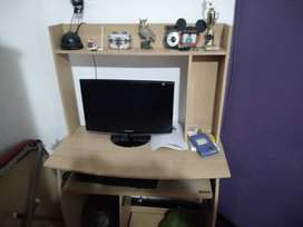 Pc de escritorio con monitor y mueble