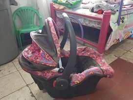 Silla coche y silla comedor de niña