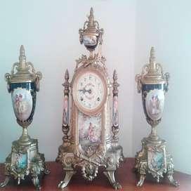 Guarnicion Reloj Y Urnas En Bronce Porcelana