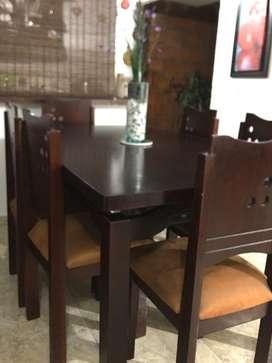 Se vende hermoso y amplio Comedor de 6 puestos en madera fina