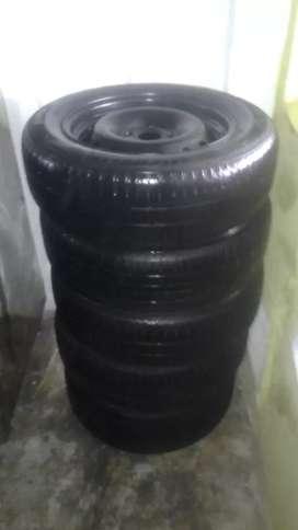 Se vende juego de llantas con rines en hierro referencia 185/65 rin 15 marcas Hankook y Michelín