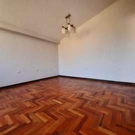 OCASION, venta de departamento con aires libres y cochera, San Carlos