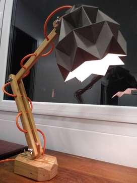 Lampara de escritorio en madera de pinotea y pantalla de papel plegado