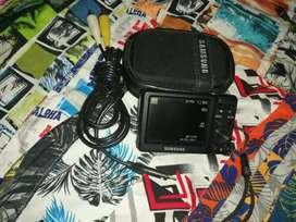 Se vende una hermosa cámara de marca Samsung de memoria micro sede en excelente estado