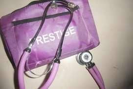 Kit fonendoscopio y tensiómetro marca Prestige color violeta.