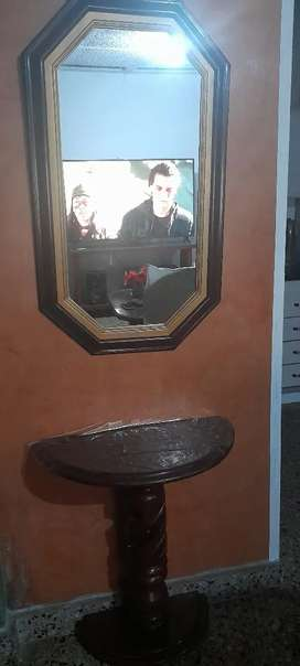 Se vende mesa y espejo de madera