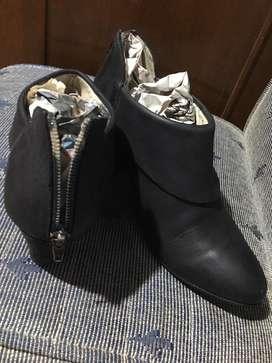 Botineta de cuero teñido color negro  en excelente estado
