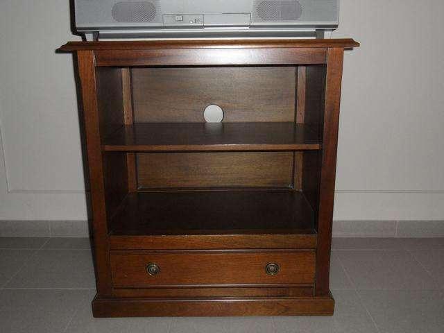 Mesa para TV y música, lustrada, con rueditas, estantes y cajón. Impecable. 0