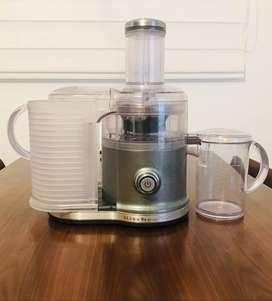 Se vende extractor de jugos, marca Kitchen Aid, referencia KVJO333, con muy buena capacidad para hacer batidos mixtos.