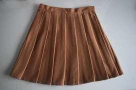 Falda plisada caramelo
