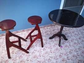 mesa redonda y 2 banquetas (todo usado)