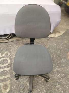 8 sillas secretariales en excelente estado usadas (son las de la foto) 100% funcionales, pido a $55c/u  para todas.