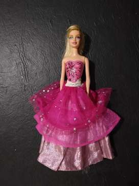 Muñeca Barbie 2 vestidos en 1