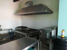 Campana para cocina industrial con extractor y ducto.