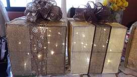 Muñecos navideños con luces y caja de regalo con luces y otros adornos