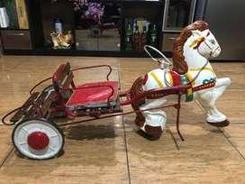 Antiguo Caballo con carruaje de lata