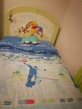 Vendo cama de niño de 1 1/2 plaza con cómoda.