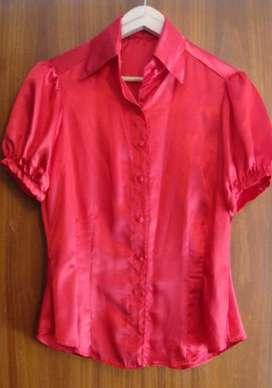 blusa camisa manga corta de saten rojo entallada talle 3