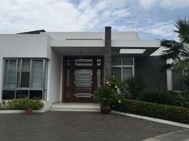 Vendo  Casa de Lujo en Urbanización privada, junto a la Unidad del Pacífico, Machala